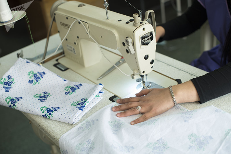 Сотрудница швейного цеха во время шитья