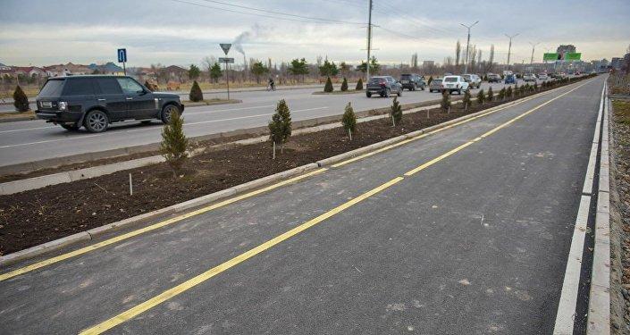 Пешеходные дорожки размещены с двух сторон магистрали от улицы Садырбаева (бывшая Баха) до Байтик Баатыра (бывшая Советская)