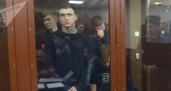 Футболисты Павел Мамаев и Александр Кокорин (слева направо на первом плане), обвиняемые в хулиганстве и побоях, на заседании Тверского районного суда Москвы