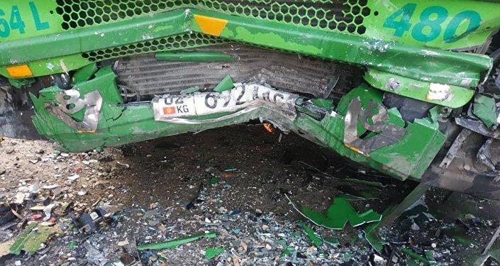 Эске салсак, шейшембиде Кара-Суу районунун Каратай айылында Toyota Avensis унаасы менен КамАЗ бетме-бет сүзүшүп, алдын-ала маалыматтар боюнча бир адам көз жумганы айтылган
