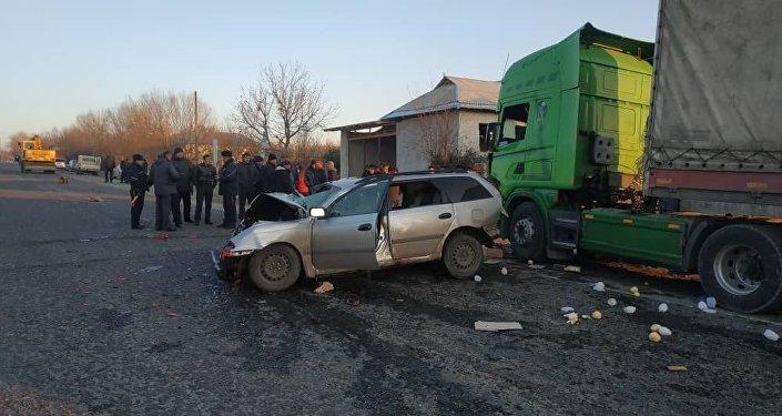 Водитель Toyota Avensis, в которой сидели пять человек, ехал в сторону Оша и хотел обогнать другую машину, но врезался в стоявший на встречной полосе КамАЗ