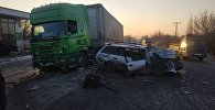 В результате лобового столкновения легкового автомобиля и КамАЗа в Ошской области погиб гражданин Китая