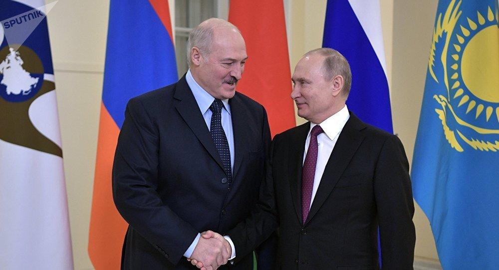 Президент РФ Владимир Путин и президент Белоруссии Александр Лукашенко перед заседанием Высшего Евразийского экономического совета.
