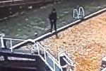 Засмотревшийся в телефон британец упал в канал и чуть не утонул. Видео