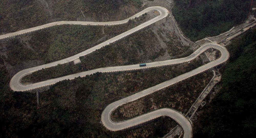 Извилистая дорога в Китае. Архивное фото