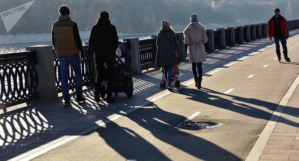 Жители Москвы гуляют по Фрунзенской набережной. Архивное фото
