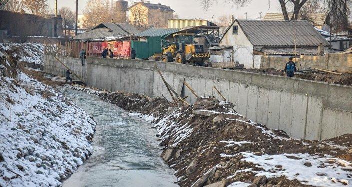 Вдоль реки Ала-Арча в районе Заводского поселка строят берегоукрепительную стену, чтобы решить проблему с подтоплением домов