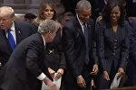 Джордж Буш на похоронах своего отца угостил супругу Обамы конфетой. Видео