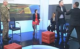 Украинские депутаты подрались во время прямого эфира на ТВ. Видео