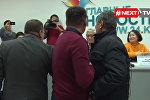 Атамбаевдин тарапташтары менен каршылаштары жаңжалдаша кетти. Видео