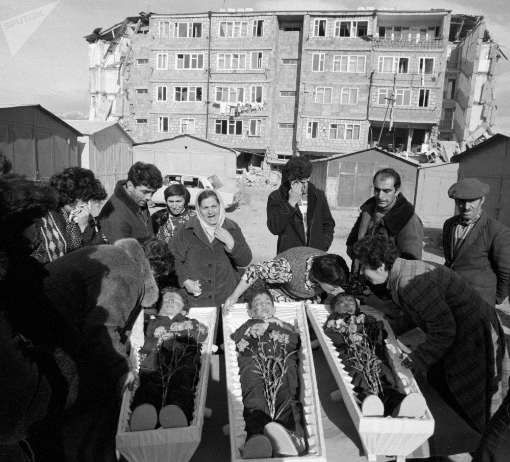10 декабря 1988 года, прервав свой официальный визит в США, в Ленинакан прилетел генеральный секретарь ЦК КПСС Михаил Горбачев