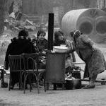 В зону бедствия со всей страны прибывали воины гражданской обороны. Военнослужащие расчищали руины, наводили порядок и походными кухнями обеспечили питание граждан.