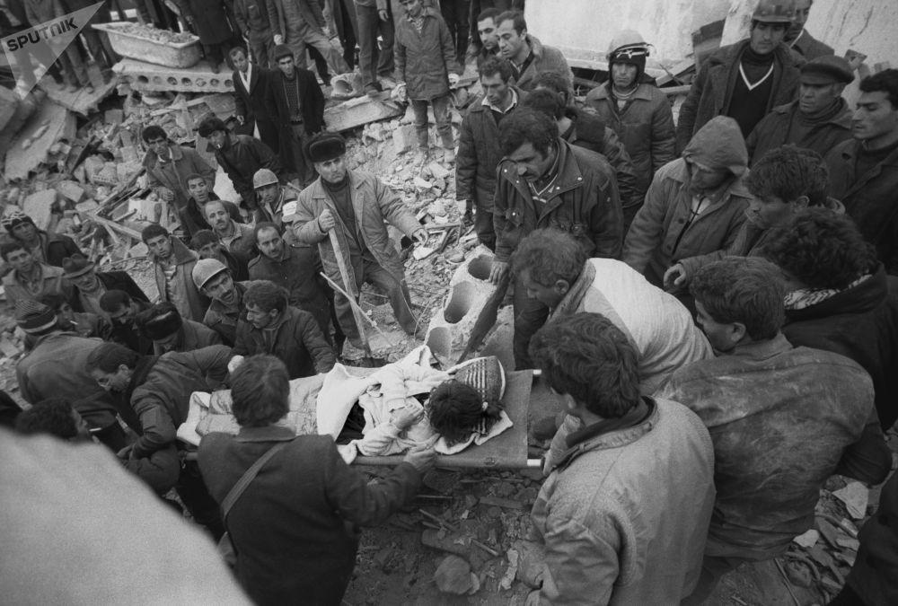 Основные усилия на первом этапе направили на спасение выживших людей из-под завалов. Для поиска людей привлекали кинологические расчеты МВД.