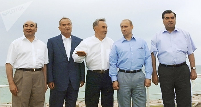 Президенты КР, Узбекистана, Казахстана, России и Таджикистана Аскар Акаев, Ислам Каримов, Нурсултан Назарбаев, Владимир Путин и Эмомали Рахмонов. 2002 год