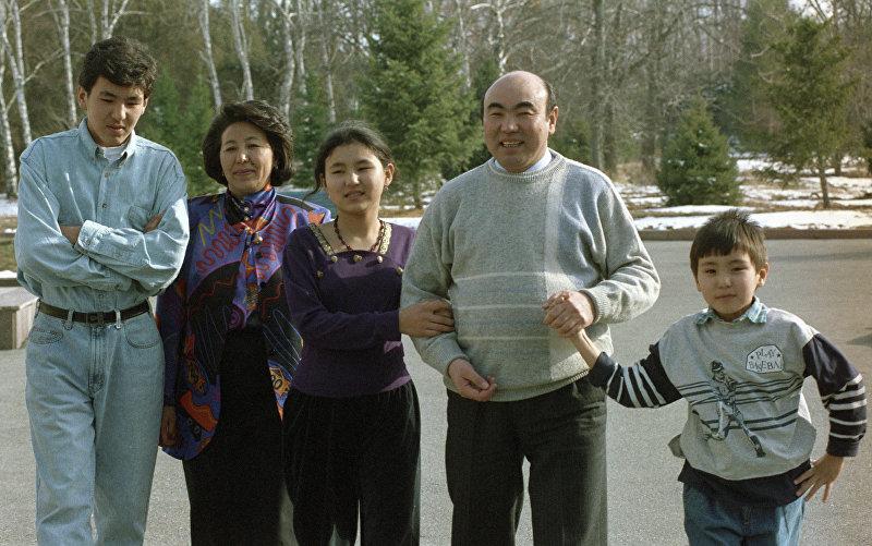 Президент Кыргызстана Акаев с семьей