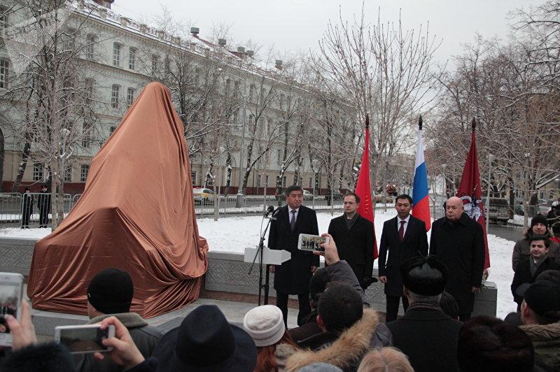 Открытие памятника Чингиза Айтматова в Москве