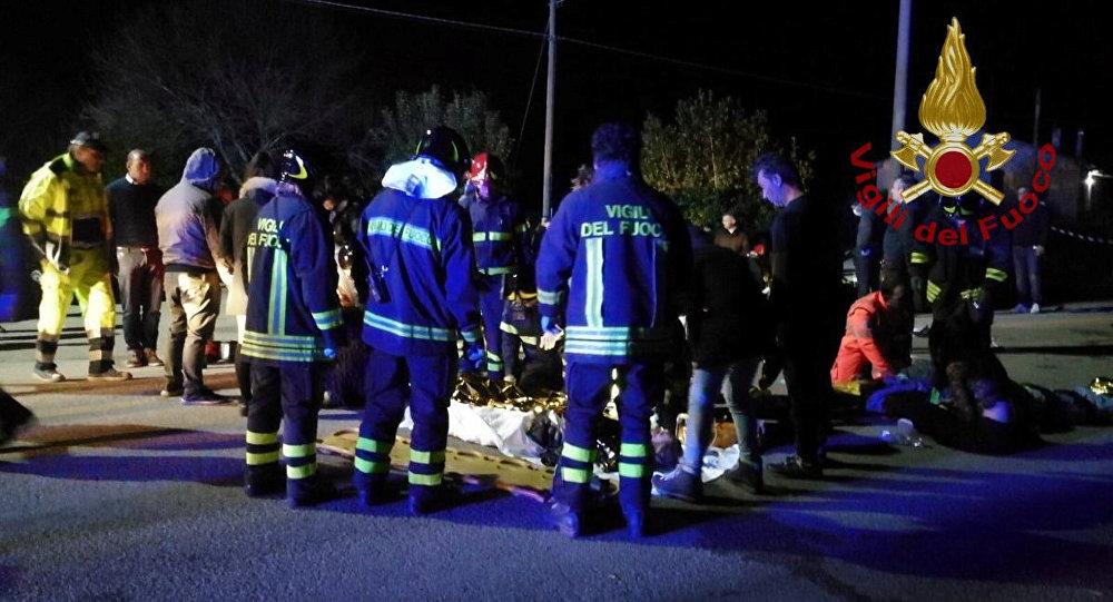 Спасатели и медики оказывают помощь пострадавшим на давке на концерте в клубе недалеко от итальянского города Анкона. 8 декабря 2018