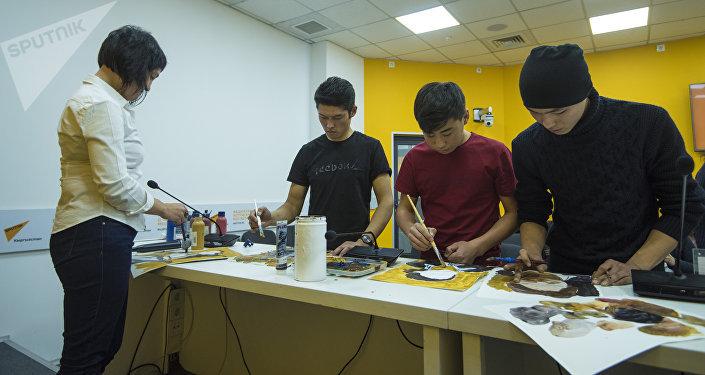 В мультимедийном пресс-центре Sputnik Кыргызстан прошел мастер-класс для студентов Кыргызского государственного художественного училища имени Чуйкова