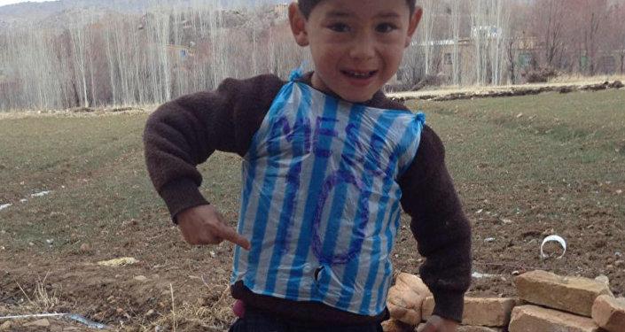 Помните мальчика в футболке из пакета? Его семье угрожают расправой — видео
