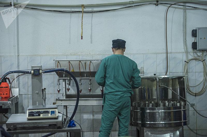 Рабочий на заводе по производству сока предпринимателя Дастана Омуралиева