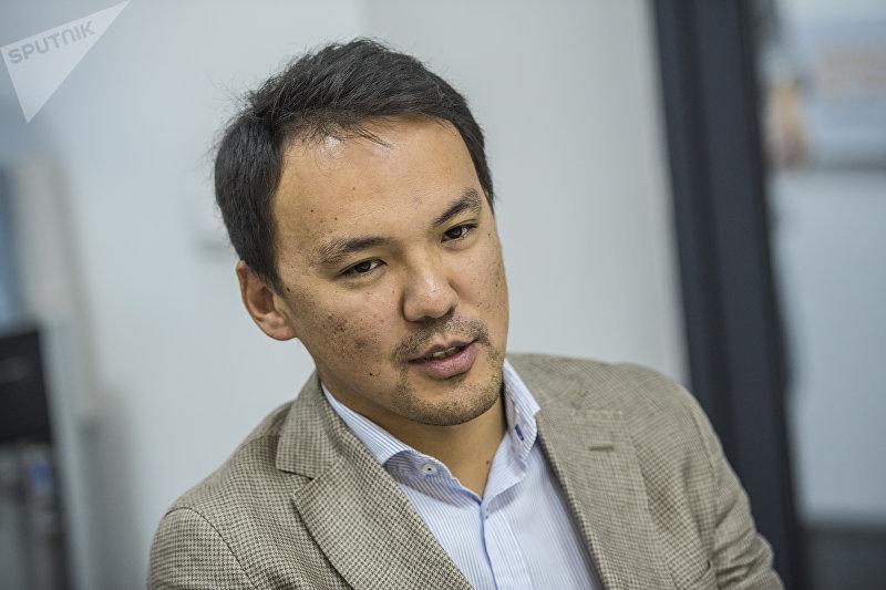Кыргызстанский предприниматель, владелец завода по производству натуральных соков Дастан Омуралиев во время интервью