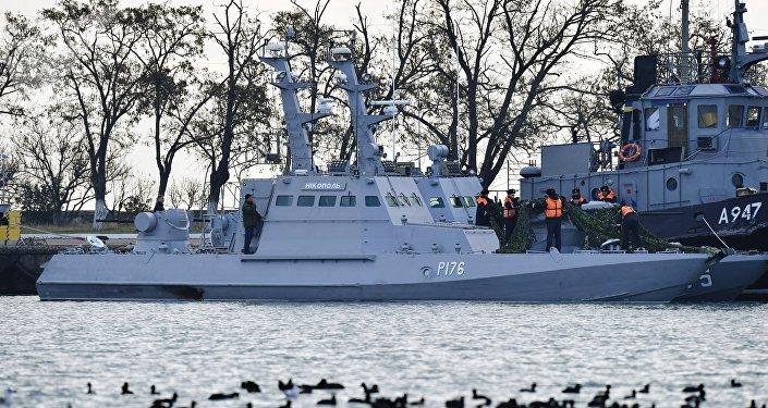 Малый бронированный артиллерийский катер Никополь (слева) и рейдовый буксир «Яны Капу» ВМС Украины, задержанные пограничной службой РФ за нарушение государственной границы России, в порту Керчи.
