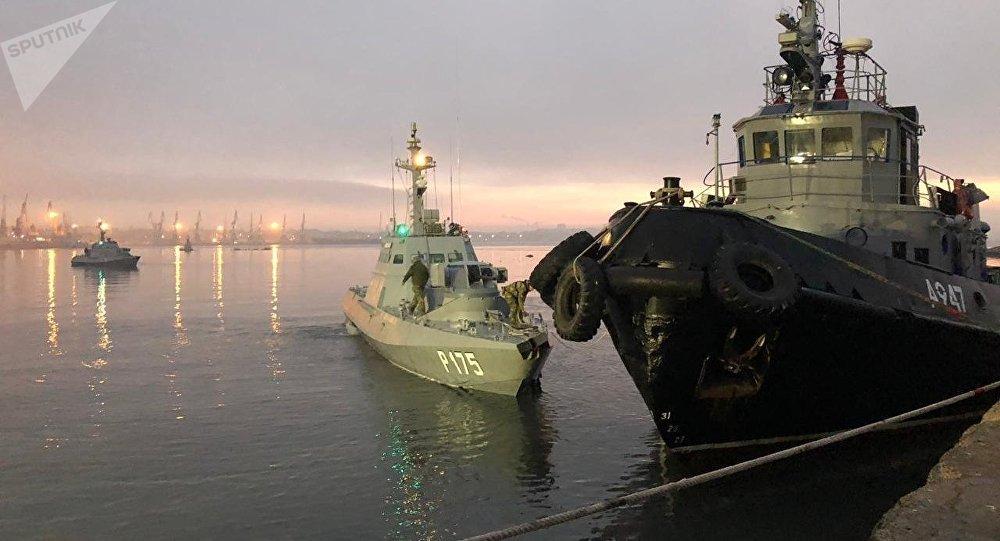 Малый бронированный артиллерийский катер Бердянск (слева) и рейдовый буксир «Яны Капу» ВМС Украины, задержанные пограничной службой РФ за нарушение государственной границы России, в порту Керчи.