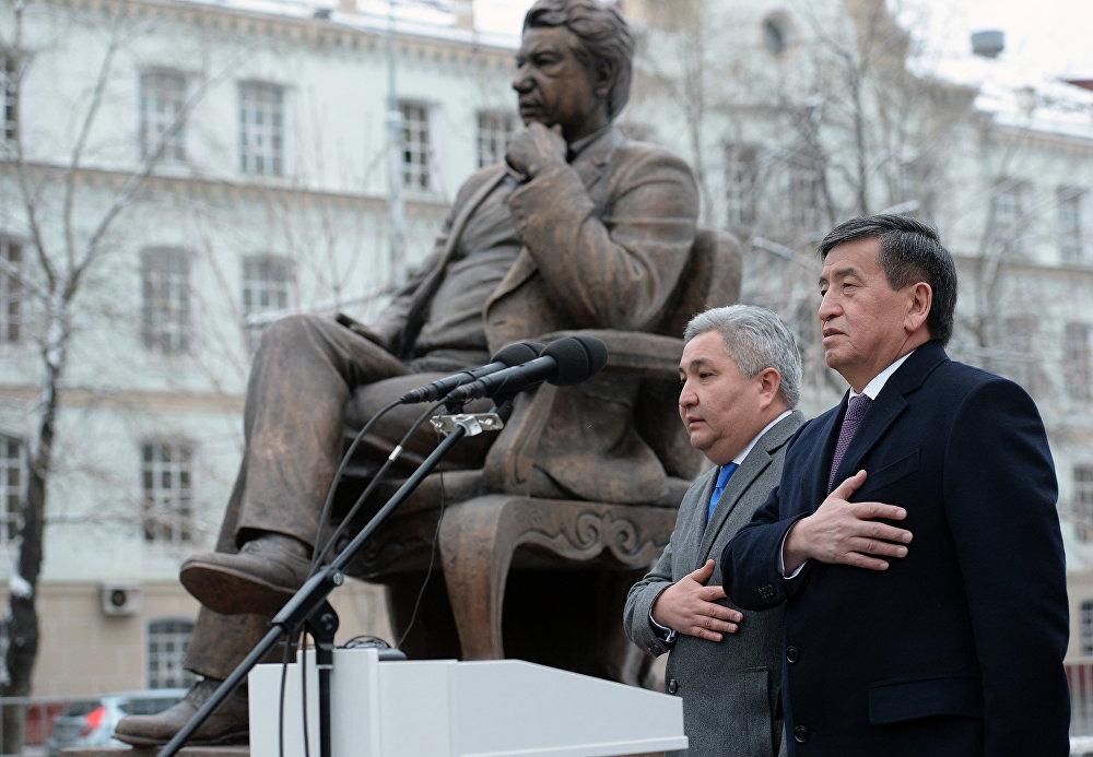 КР президенти Сооронбай Жээнбеков Москва шаарында улуу жазуучу Чыңгыз Айтматовдун эстелигинин ачылышына катышты