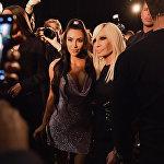 Ким Кардашьян и Донателла Версаче на шоу Versace Pre-Fall 2019 в Нью-Йорке.