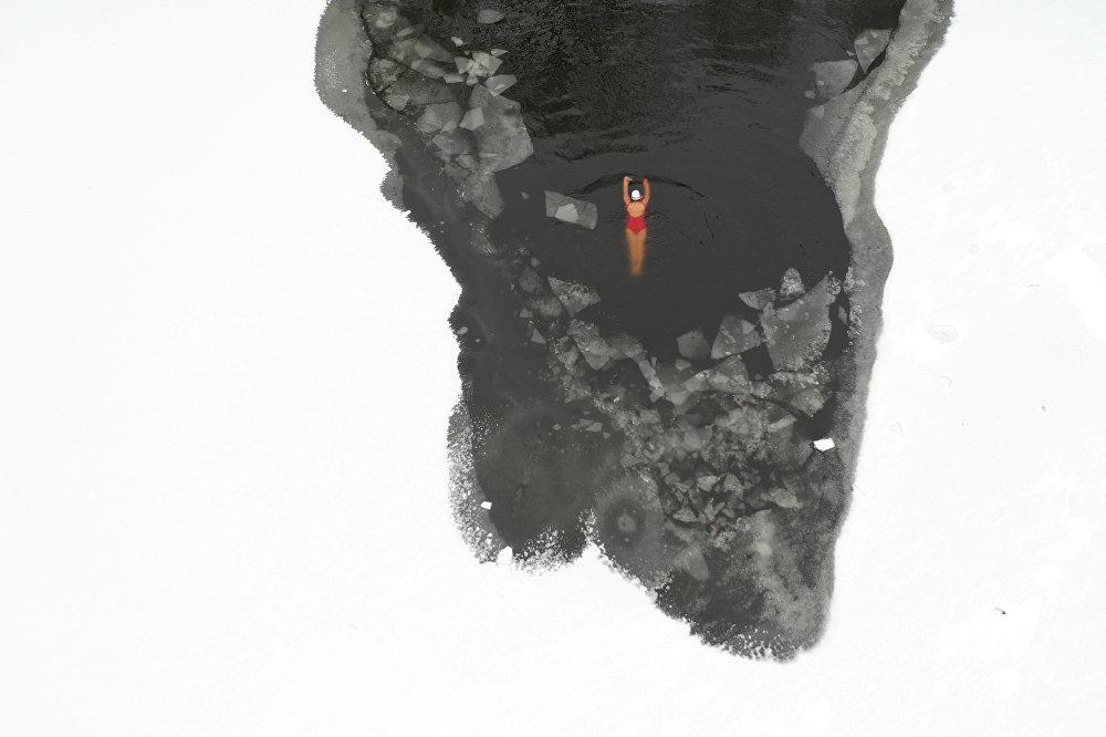 Кытайдын Шэньан паркындагы дарыяга түшүп жаткан аял