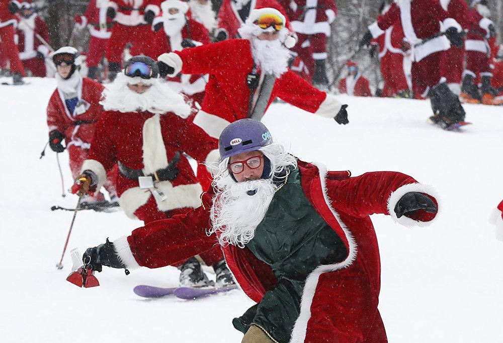 АКШнын Ньюри шаарында лыжачылар менен скейтбордисттер Санта-Клаустун костюмун кийип алып тоодон түштү