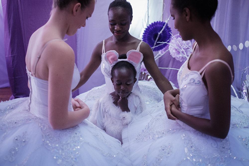 Кениядагы Щелкунчик балетин аткаруучулар
