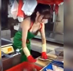 Модель, помогающая маме торговать на рынке, восхитила соцсети — видео