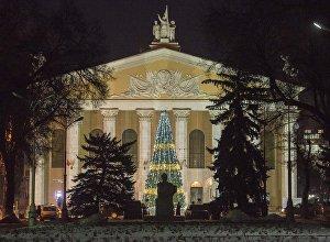 Фасад здания театра оперы и балета имени Абдыласа Малдыбаева в Бишкеке. Архивное фото