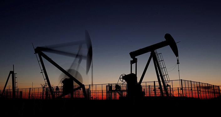 Нефтяные станки-качалки. Архивное фото