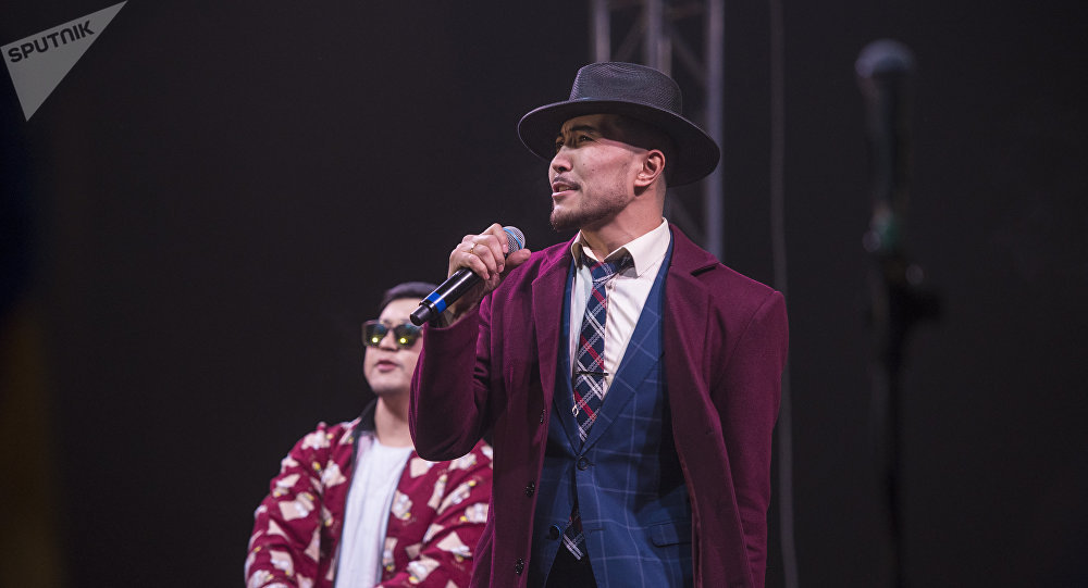 Эстрадный певец Курал Чокоев. Архивное фото