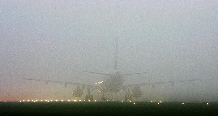 Самолет окутан туманом. Архивное фото