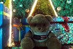 Плюшевая мишка у елки на площади Ала-Тоо в Бишкеке, которая была украдена неизвестными