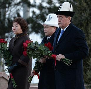 Возложение цветов к могиле писателя Чынгыза Айтматова в Ата-Бейите