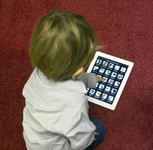 Ребенок с планшетным компьютером. Архивное фото