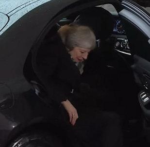Тереза Мэй заставила ждать Меркель, потому что не могла выйти из машины — видео