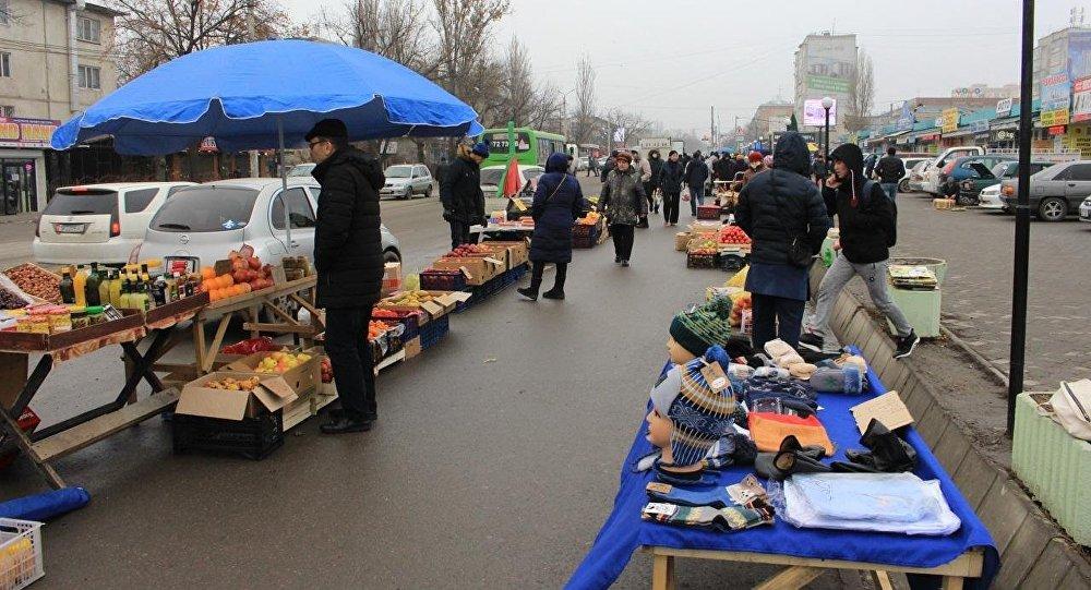 Стихийная торговля на Орто-Сайском рынке Бишкека. Архивное фото