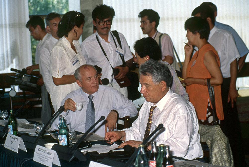 Саясатчы, мамлекеттик ишмер Михаил Горбачев менен Чыңгыз Айтматов Ысык-Көл форумунда, 1997-жыл