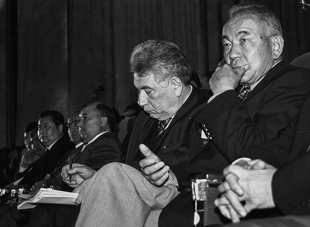 Легендарлуу парламенттин депутаты Чыңгыз Айтматов. Кесиптештери Жамин Акималиев, Мамат Айбалаевди көрүүгө болот