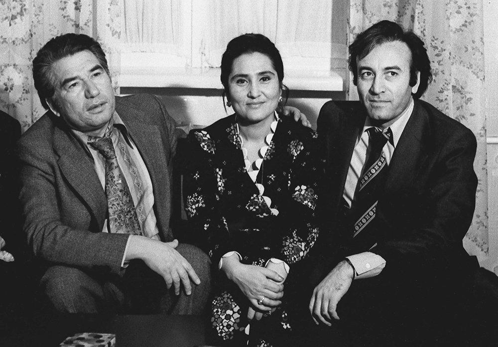 Түркмөнстандын белгилүү режиссеру Ходжакули Нарлиев жубайы менен Айтматовдун 50 жылдык юбилейинде