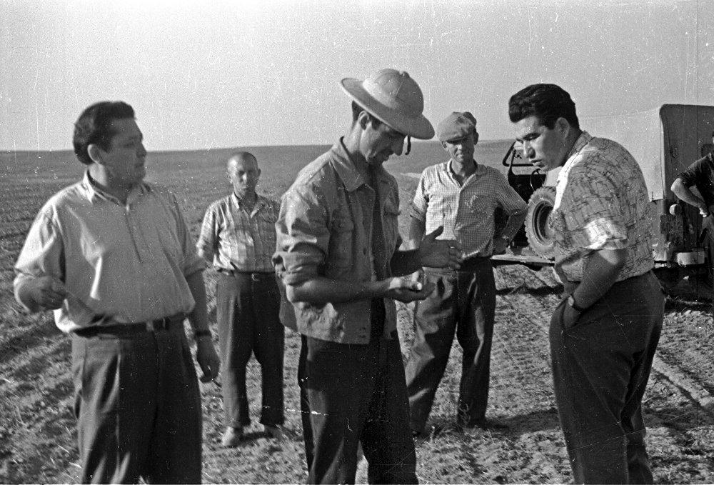 Оператор Юрий Сокол жана Чыңгыз Айтматов. Казакстанда Аптап тасмасын тартуу учуру, 1962-жыл.