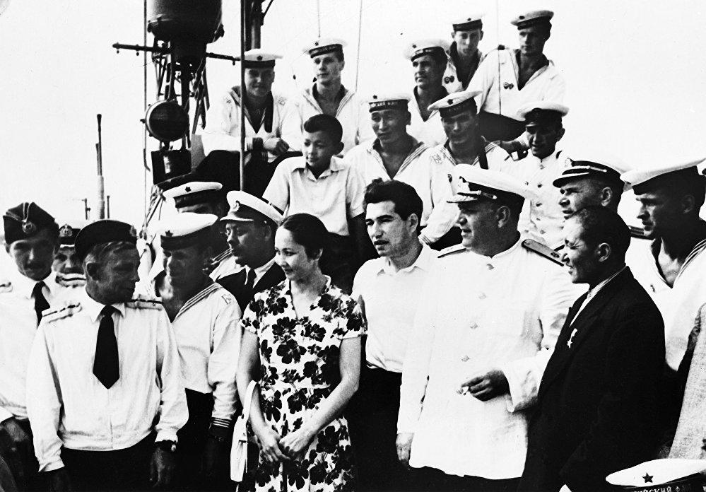 Кыргызстандыктар, анын ичинде Чыңгыз Айтматов менен балерина Бүбүсара Бейшеналиева Ленинград шаарында. Алтынга бергис ирмемдер
