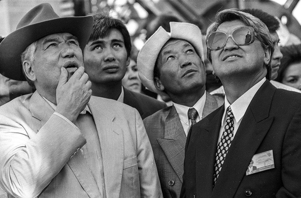 Айтматов менен көрүнүктүү уюштуруучу Акун Токтосартов Манас эпосунун 1000 жылдыгын белгилөөгө даярдануу маалында