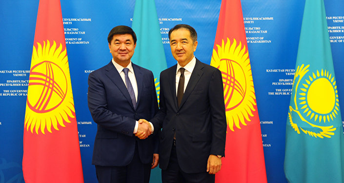 Премьер-министр КР Мухаммедкалый Абылгазиев во время встречи с премьер-министром Казахстана Бакытжаном Сагинтаевым. Архивное фото