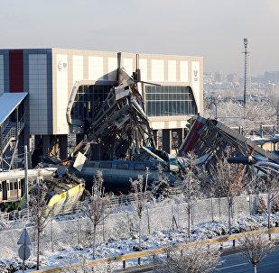 Обломки скоростного поезда столкнувшегося с локомотивом на железнодорожной станции - в Анкаре, Турция, 13 декабря 2018 года
